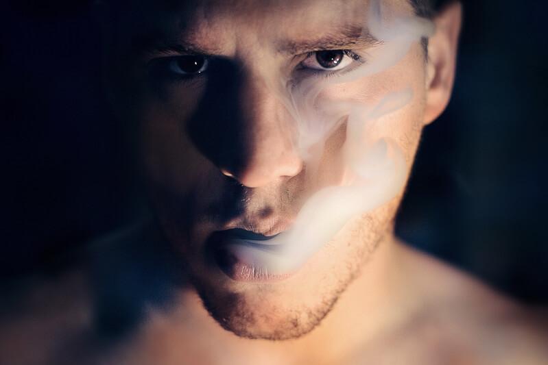 Лицо мужчины дым