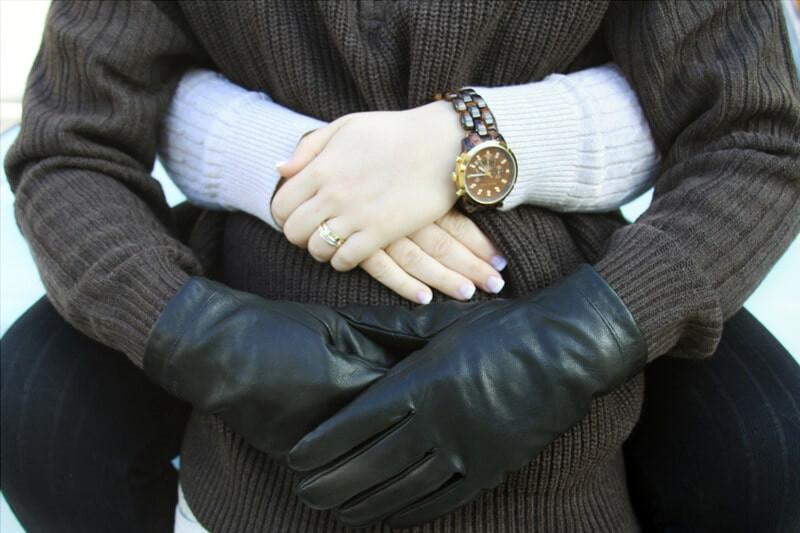 Со спины обнимает мужчину в перчатках