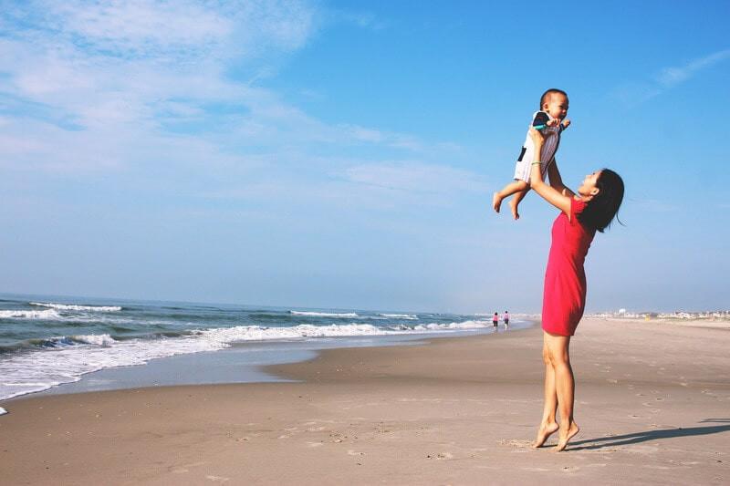 Женщина с ребенком на пляже