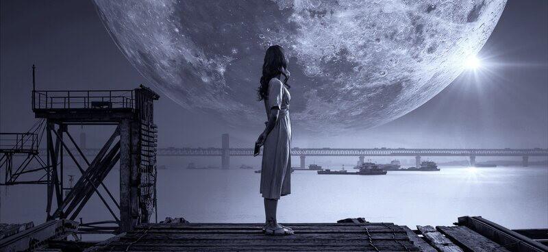 Девушка большая луна