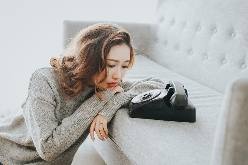 Девушка телефон диван грусть