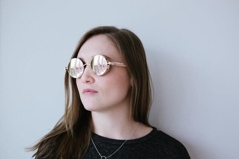Девушка в зеркальных очках