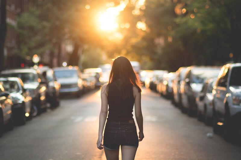 Девушка в шортах идет по улице одна
