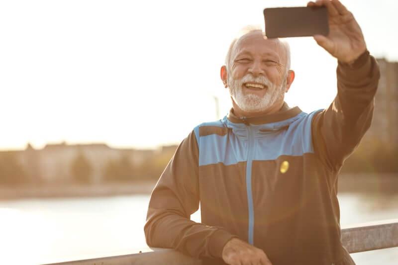 Пожилой мужчина телефон