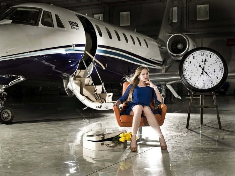 Девушка самолет часы чемодан