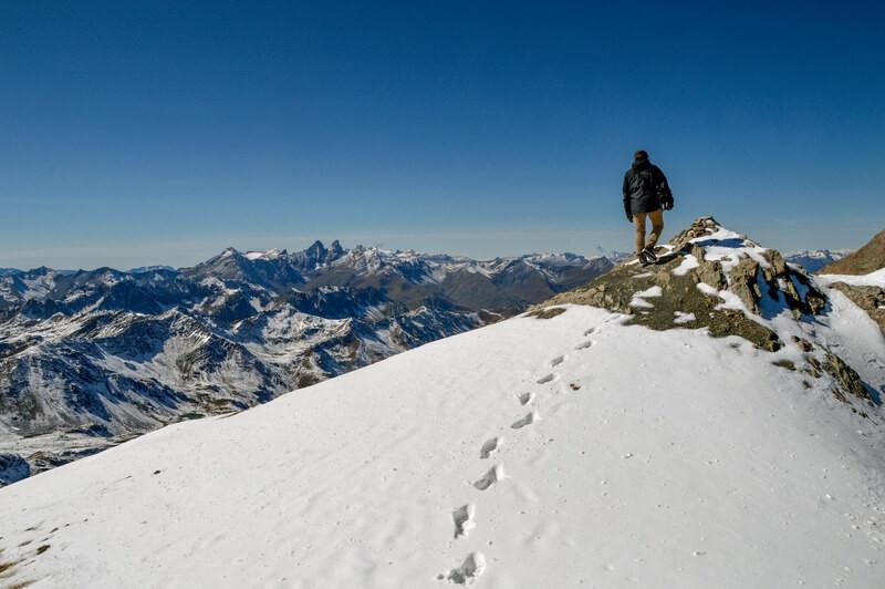 Человек поднялся на вершину горы