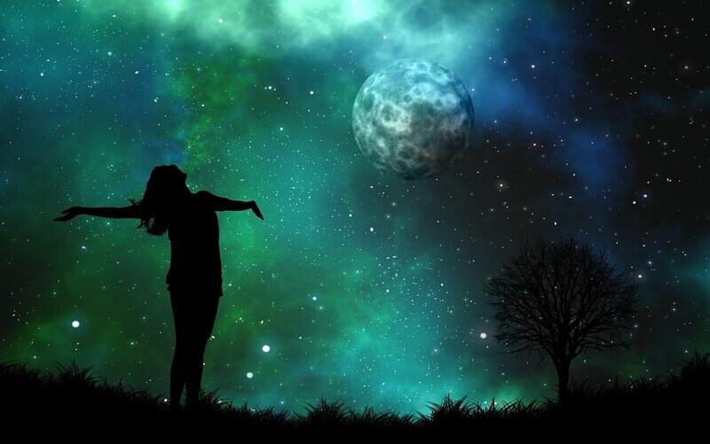 Силуэт девушки на фоне ночного неба