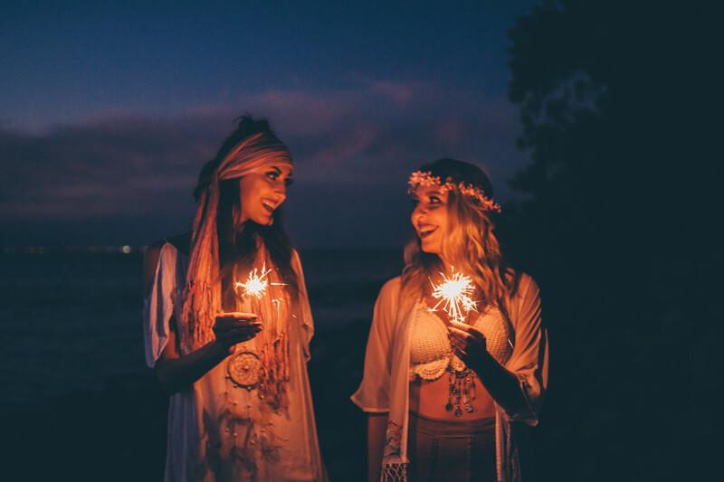 Две девушки бенгальские огни