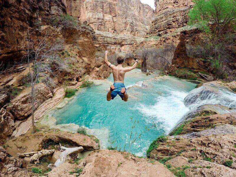 Прыжок в водоем в горах