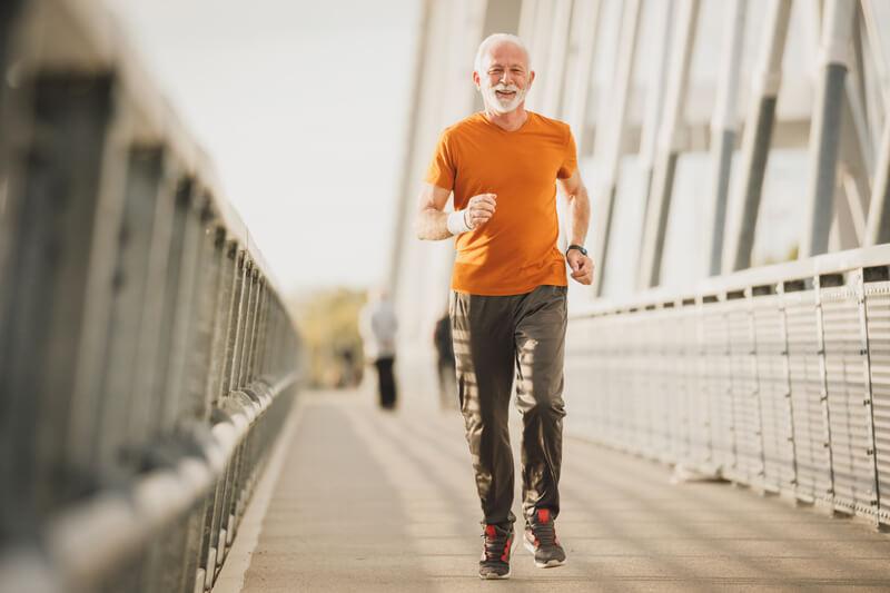 Пожилой мужчина бегун