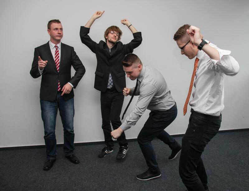 Молодые люди танцуют
