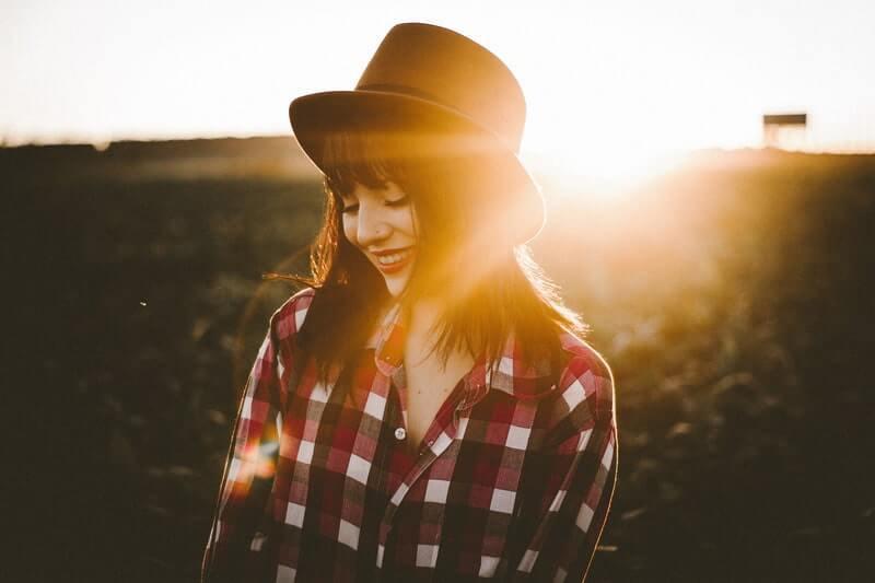 Девушка в клетчатой рубашке и шляпе
