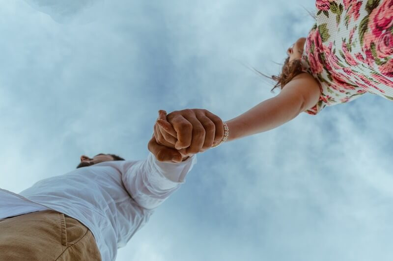 Небо пара держится за руки