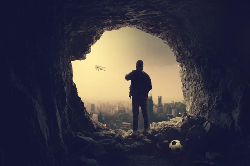 Человек из пещеры на город