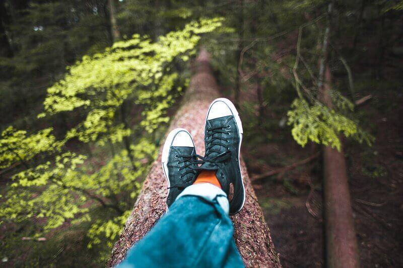 Ноги в джинсах и кедах