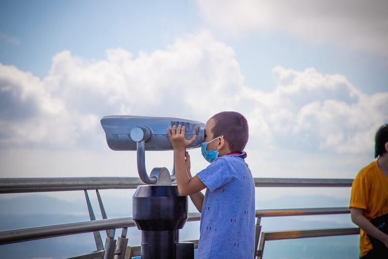 Мальчик смотрит в панорамоскоп