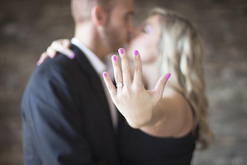 Целующаяся пара ладонь с кольцом