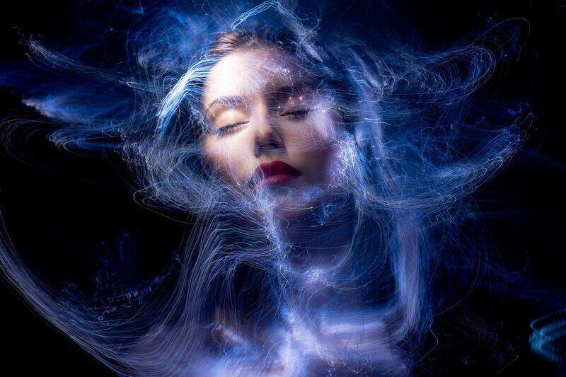 Абстракция лицо девушки в синей дымке
