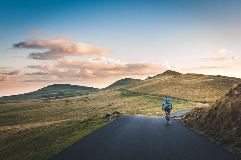 Велосипедист едет по дороге