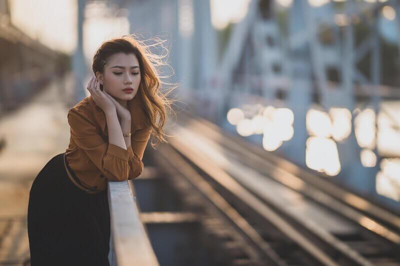 Девушка на железнодорожном мосту