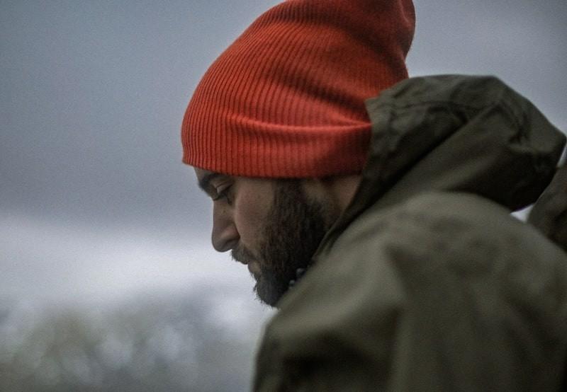 Мужчина в красной шапке