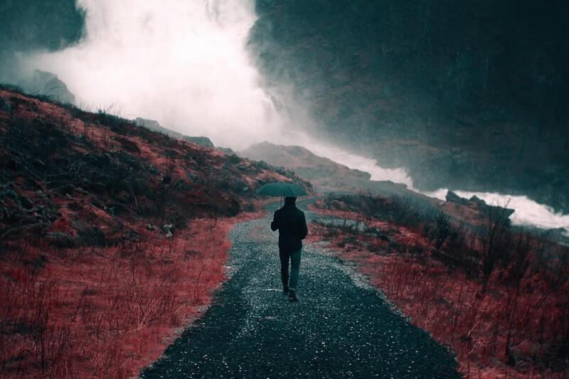 Картина мужчина идет по дороге