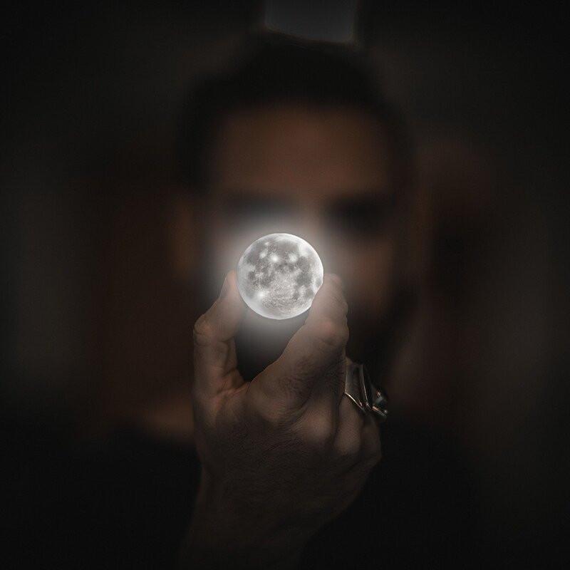 Мужчина луна в руке