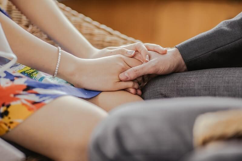 Держатся за руки отношения