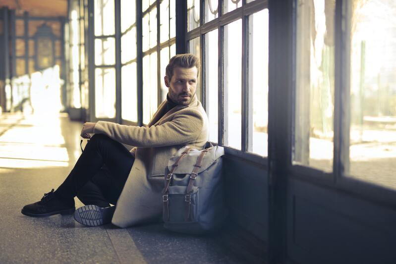Мужчина рюкзак окна