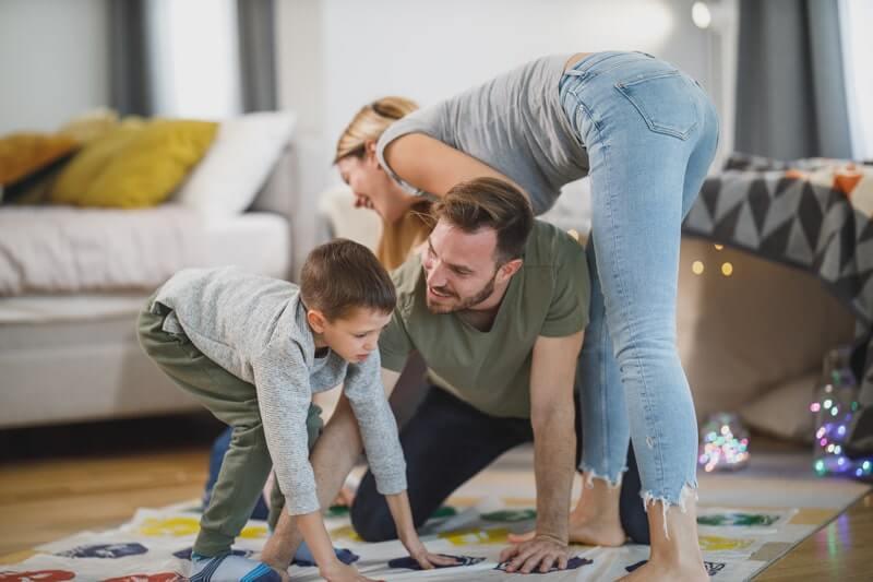 Семья играет в игру