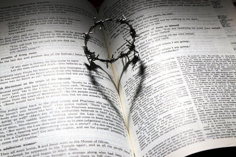 Книга библия религия