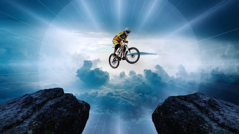 Велосипедист скалы солнечный свет