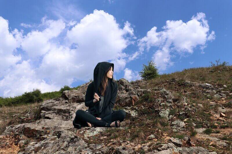 Девушка в худи небо