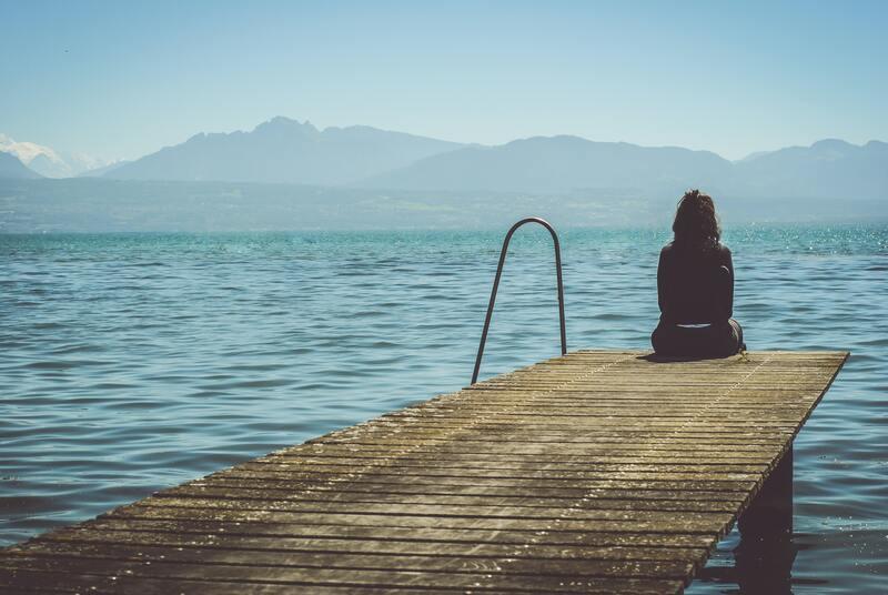 Женщина пирс горы море