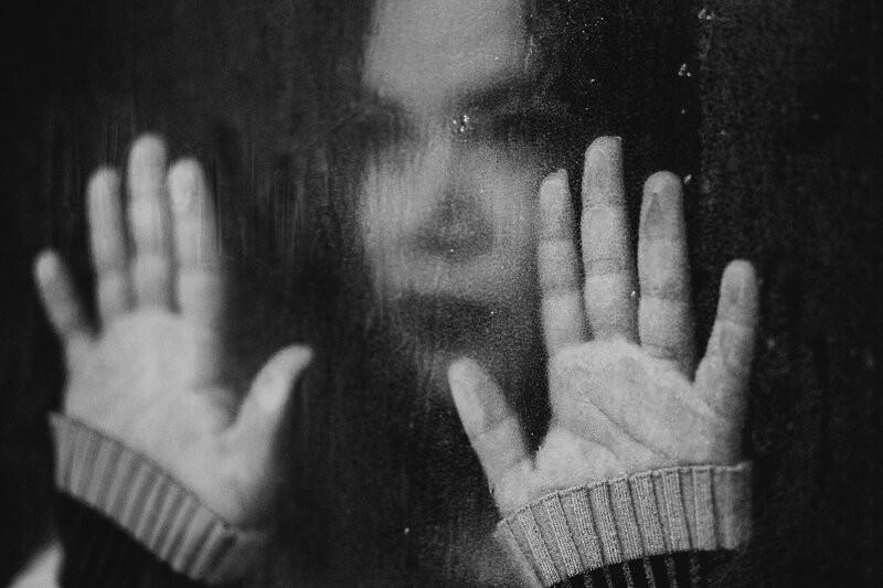 Девушка за стеклом
