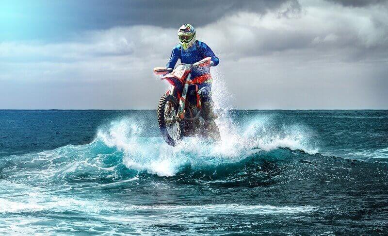 Мотоциклист океан