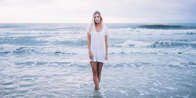 Женщина море небо