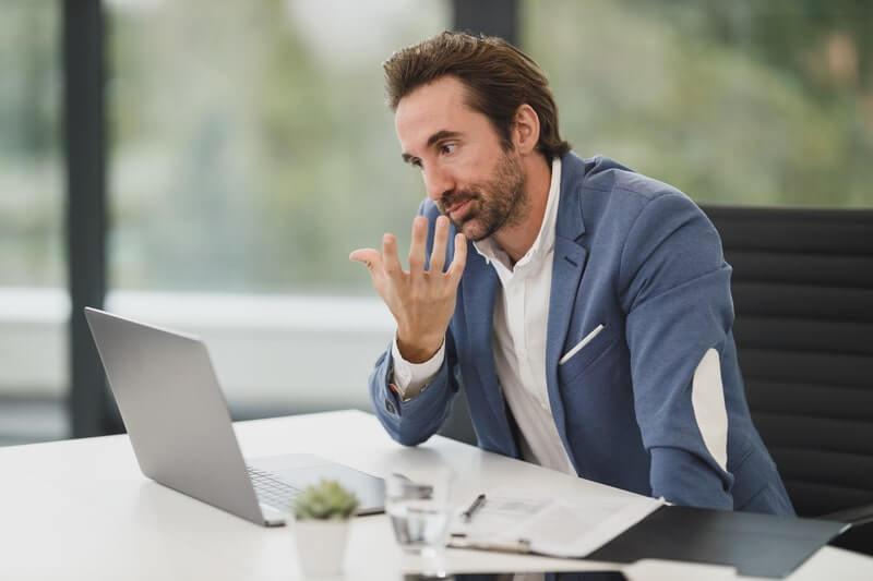 Бизнесмен ноутбук рассуждение