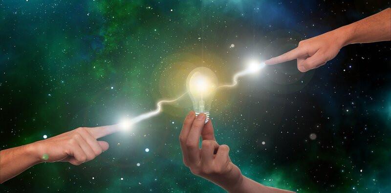 Руки лампа молния
