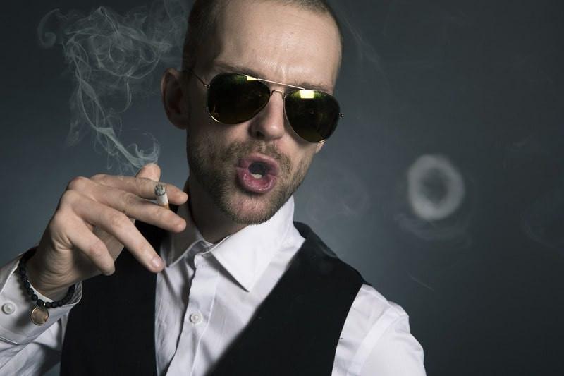 Мужчина в очках сигарета