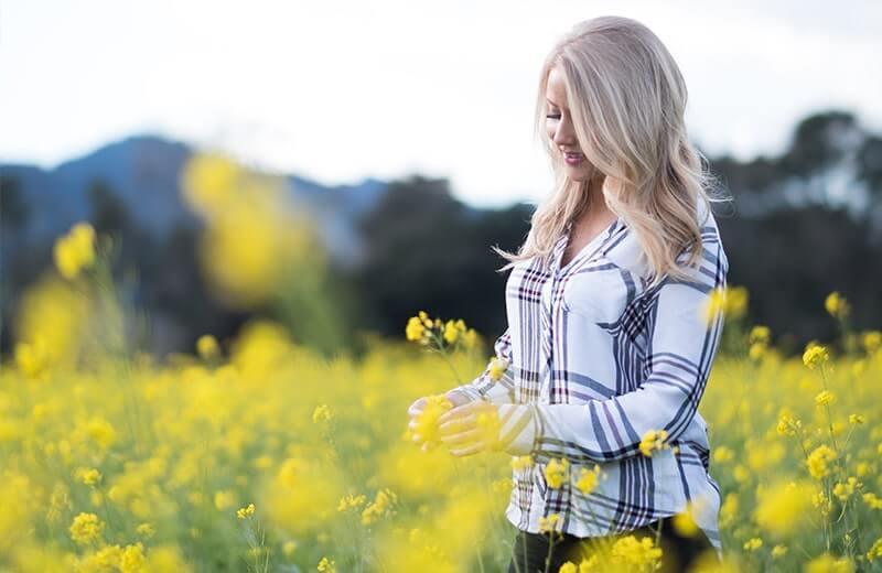 Девушка на цветочном поле