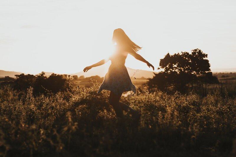 девушка поле солнечный свет