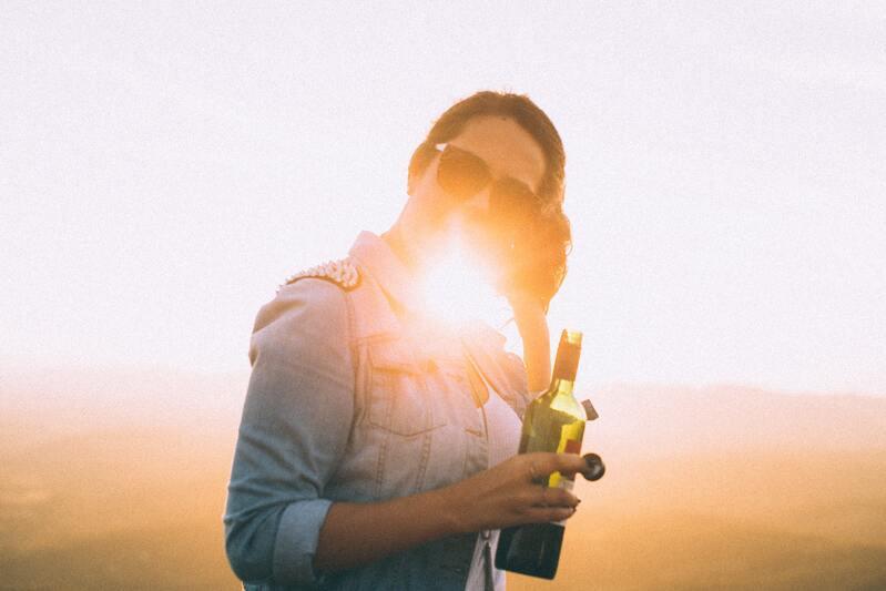 Женщина солнце вино