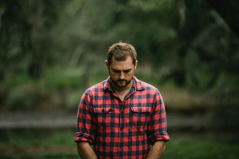 Мужчина лес грусть
