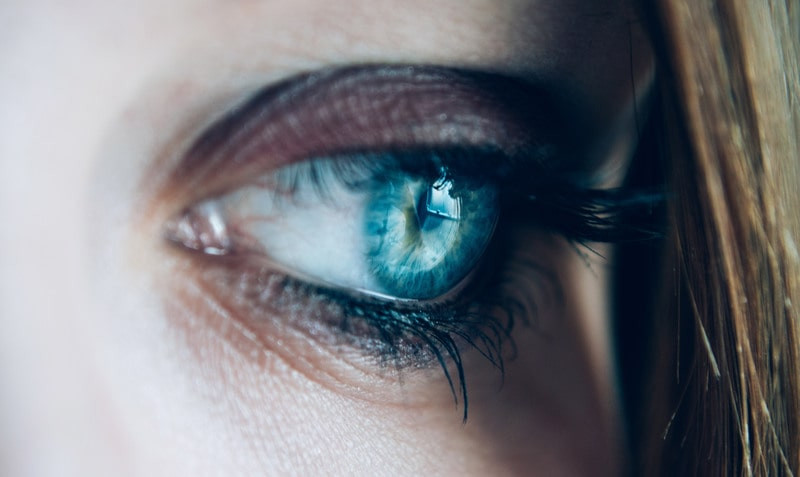 Женский голубой глаз