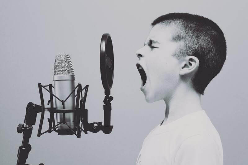 Кричащий мальчик микрофон
