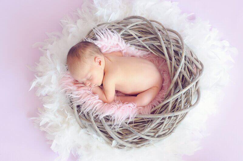 Ребенок в розовой люльке