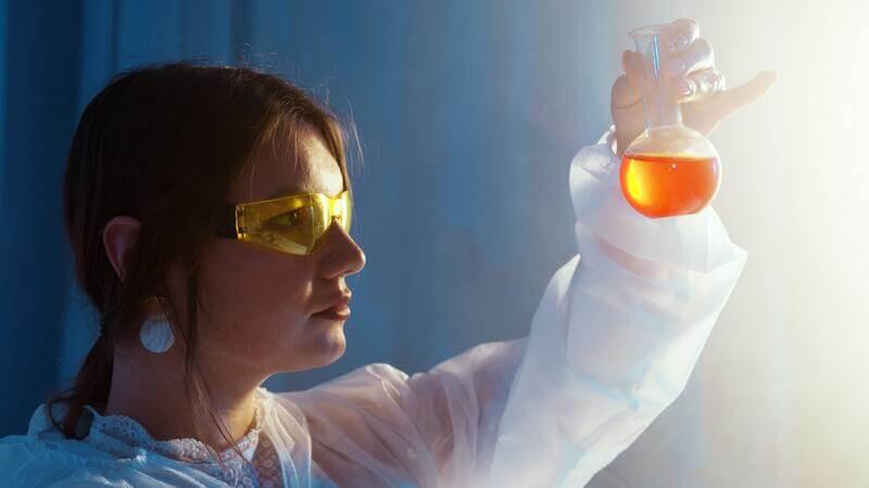 Женщина лаборант пробирка