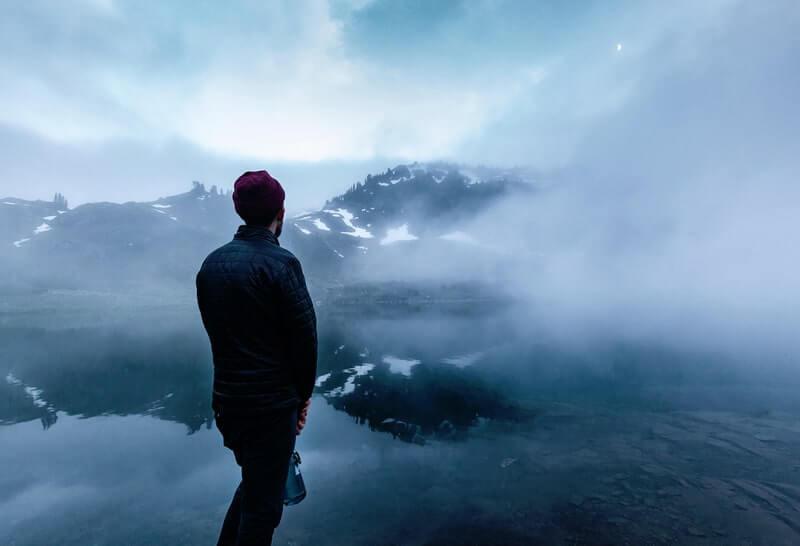 Мужчина озеро горы туман