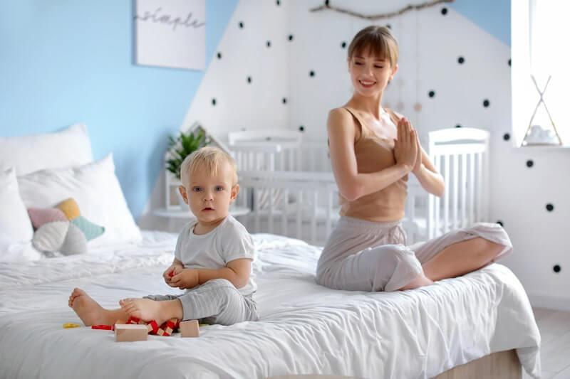 Женщина ребенок йога
